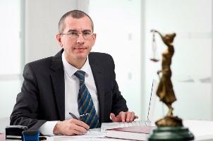 Gemeinsam mit einem Anwalt können Sie Schmerzensgeld nach einem Rippenbruch beantragen.