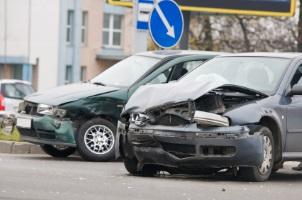 Bei einem Autounfall kann der Schadensersatz verschiedene Kosten beinhalten.