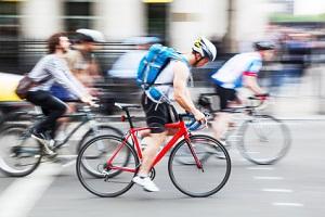 Radrennfahrer sollten einen Helm tragen, um das volle Schmerzensgeld nach einem Fahrradunfall zu erhalten.