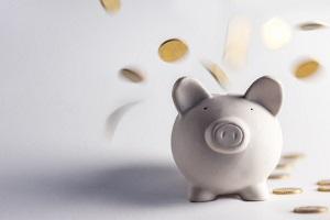 Hinweise für die Höhe vom Schmerzensgeld nach einem Schleudertrauma gibt die Schmerzensgeldtabelle