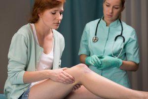 Da hier häufig eine erhebliche Lebensbeeinträchtigung vorliegt, ist Schmerzensgeld bei einer Knieprellung recht üblich.