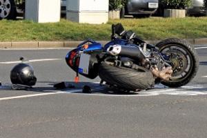 Insbesondere nach einem Motorradunfall kann Schmerzensgeld für einen Beckenbruch in Frage kommen.