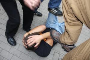 Das Opfer einer Schlägerei hat Anspruch auf Schmerzensgeld.
