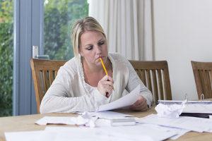 Schmerzensgeld: Wer 6 Wochen arbeitsunfähig war, kann unter Umständen Ersatzansprüche geltend machen.
