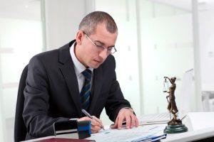 Wenden Sie sich bei Problemen mit Ihrem Schmerzensgeld für den Kreuzbandriss an einen Anwalt.