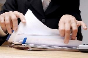 Vor Gericht müssen Sie Ihr Schmerzensgeld für eine Prellung mit Hilfe eines Anwalts beantragen.