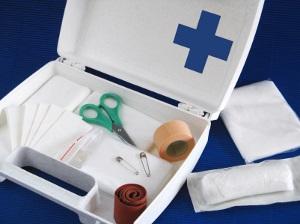 Ein Schmerzensgeld wegen Rippenbruch scheidet bei Erster Hilfe aus, weil Schäden hier gerechtfertigt sind.