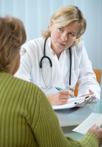 Bei der Beurteilung der Schmerzintensität hilft ein Arzt. Das Schmerzensgeld in Österreich orientiert sich dann daran.