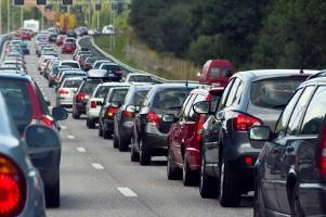 Im stressigen Straßenverkehr geschieht schnell ein Auffahrunfall, der dann Schmerzensgeld nach sich ziehen kann.
