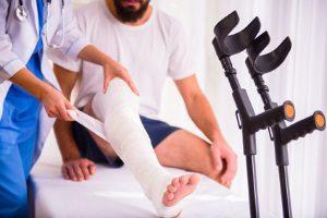 Die Summe, die das Schmerzensgeld bei einer Knieprellung erreicht, bemisst sich unter anderem durch die Schwere der Verletzung.